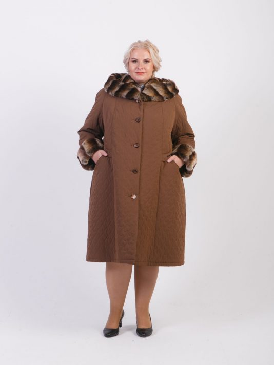 Стеганное пальто с меховой отделкой, цвет коричневый в интернет-магазине Фабрики Тревери