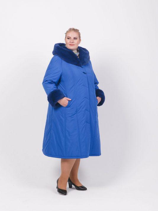 Зимнее пальто на двойном утеплителе с мехом по капюшону, цвет голубой в интернет-магазине Фабрики Тревери