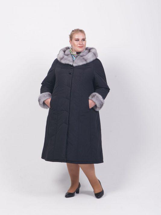 Зимнее пальто на двойном утеплителе с меховым капюшоном, цвет черный в интернет-магазине Фабрики Тревери