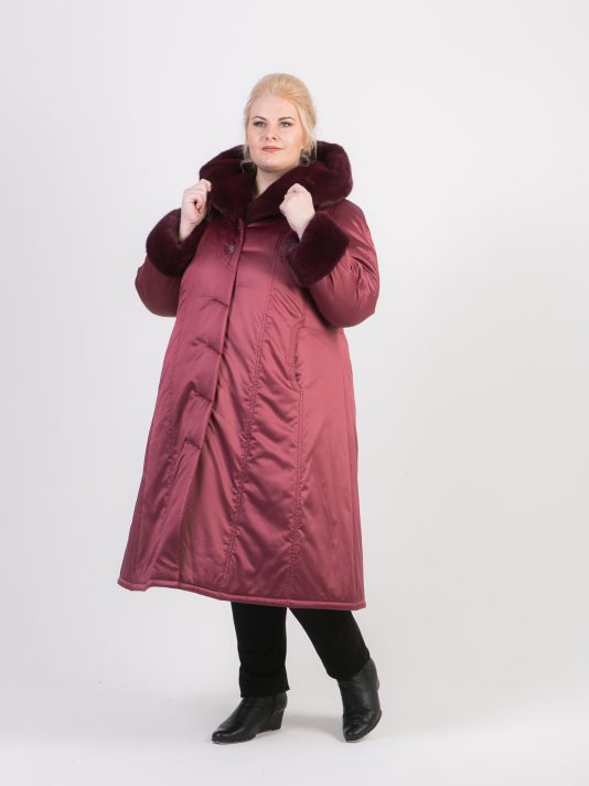 Пальто малинового цвета на двойном утеплителе с мехом, цвет бордовый в интернет-магазине Фабрики Тревери