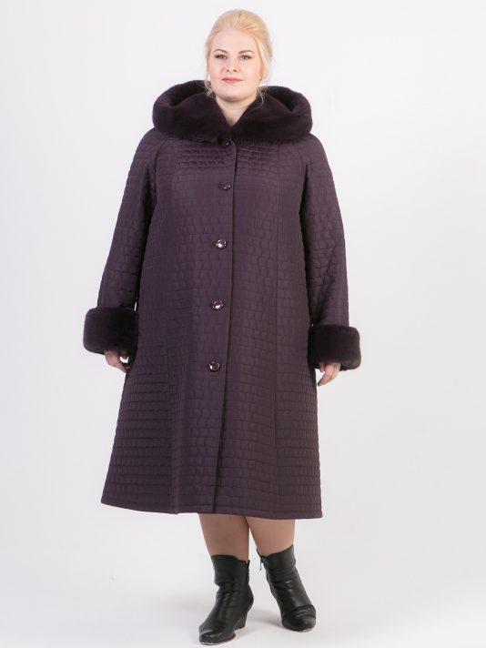 Зимнее пальто с мехом из стеганной плащевки баклажанового цвета, цвет фиолетовый в интернет-магазине Фабрики Тревери
