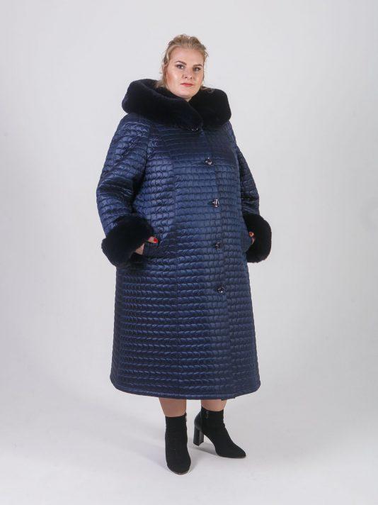 Женское стеганное пальто синего цвета с отделкой из эко меха, цвет синий в интернет-магазине Фабрики Тревери