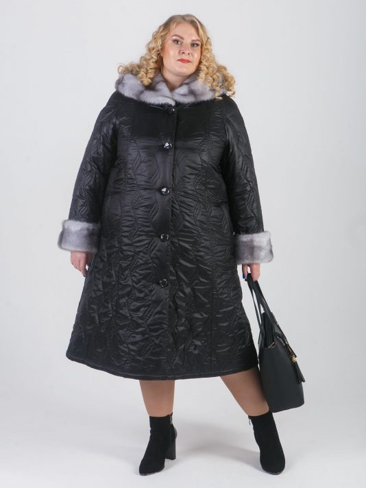 Пальто из стеганной плащевки с модным рисунком листья, цвет черный в интернет-магазине Фабрики Тревери