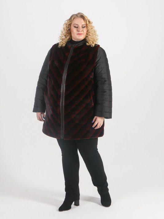 Женское пальто черного цвета из искусственного бордового меха в полоску, цвет бордовый в интернет-магазине Фабрики Тревери