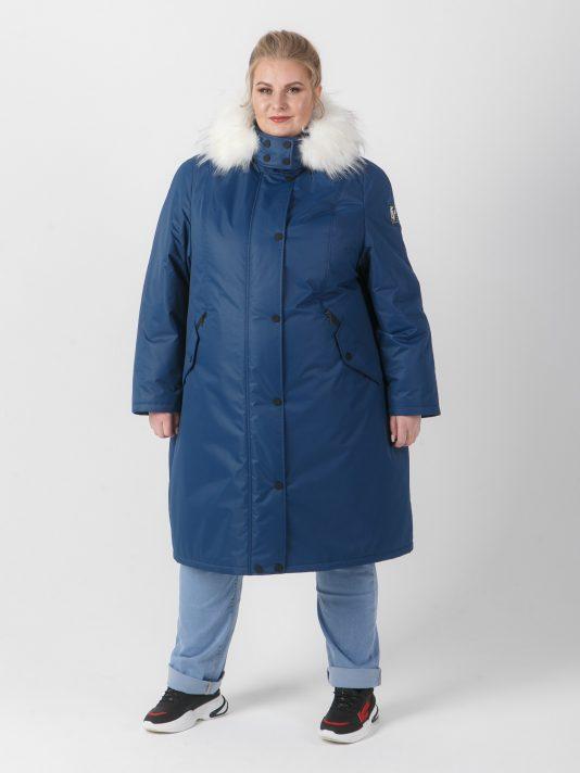 Женская удлиненная куртка синего цвета с белым енотом, цвет синий в интернет-магазине Фабрики Тревери